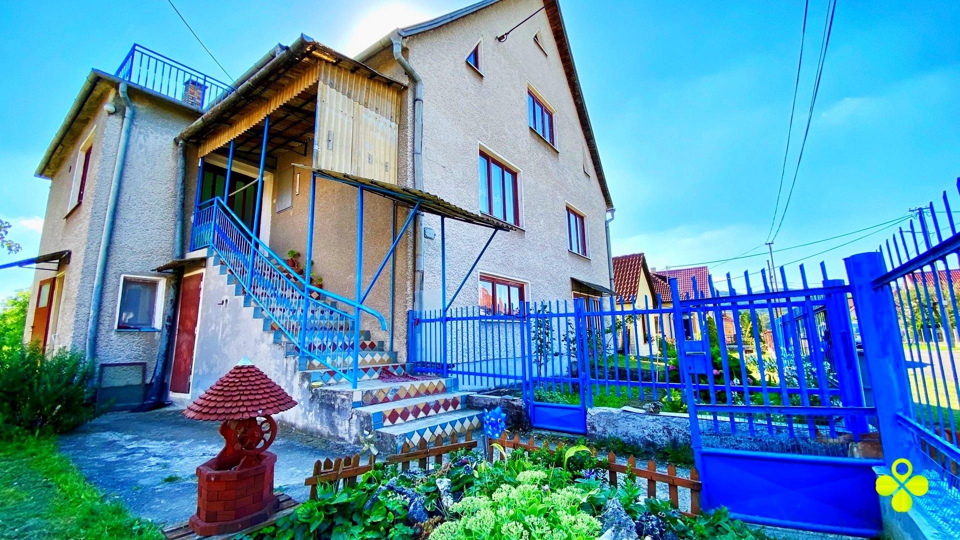 Dvojgeneračný rodinný dom s veľkým pozemkom 2400 m2, Bystričany – Chalmová